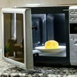 cleaning-microwave-oven-featured-image